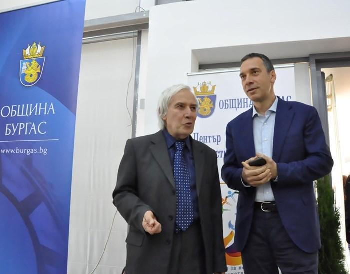Преподавателят по физика Теодосий Тедосиев ще преподава в Бургас през лятото по покана на кмета Димитър Николов.