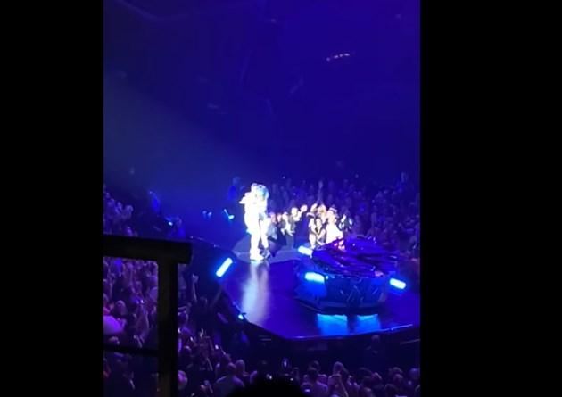 Лейди Гага падна от сцената, докато прегръща фен (Видео)