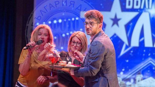 Катето Евро храни Сашо Кадиев с попара
