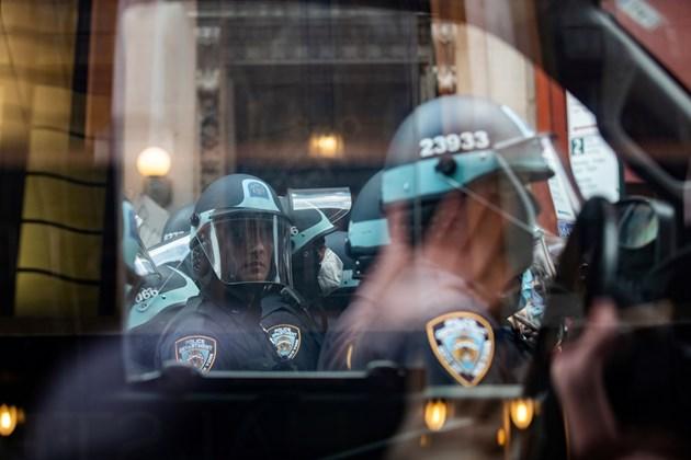 Един полицай в Ню Йорк беше прострелян, а друг - ранен с нож