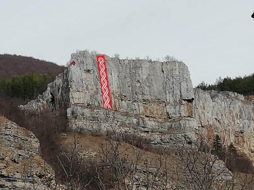 Доброволци спуснаха 30-метров първомартенски символ при Гара Лакатник