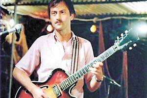 Филип Трифонов като Филип - китарист в оркестъра без име