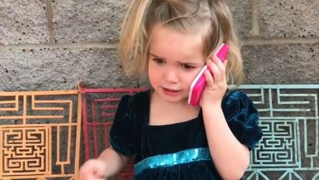Забавно видео с 2-годишно момиче, което звъни на гаджето й, стана хит в интернет (Видео)