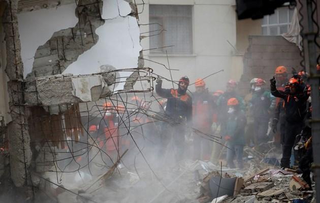 16-годишен бе изваден жив от останките на рухналия блок в Истанбул