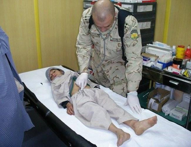 Проф. Мутафчийски се доказва пред испанските си колеги като ги убеждава, че простреляното дете няма кръвоизлив в корема.