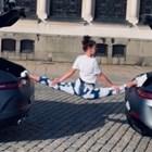 Гимнастичка с шпагат между две коли (ВИДЕО)