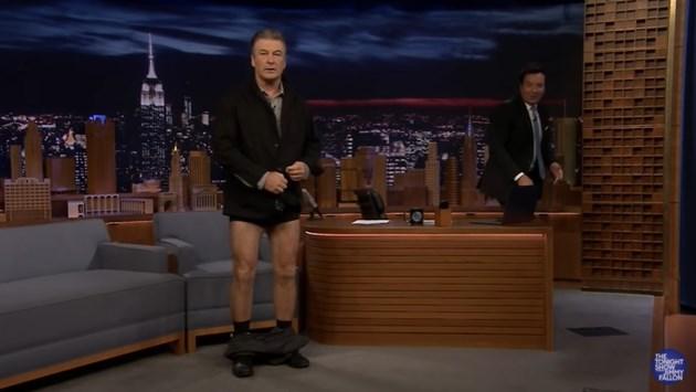 Алек Болдуин свали гащите си в ефир, за да покаже вталеното си тяло (Видео)