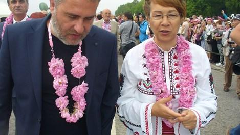 Чужденци броиха по 18 евро за билет, за да гледат розобер и шествие в Казанлък