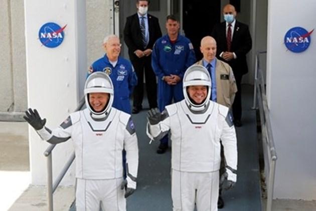 """Астронавтите Хърли и Бенкен отново са под карантина след отложената мисия на кораба """"Дракон"""""""