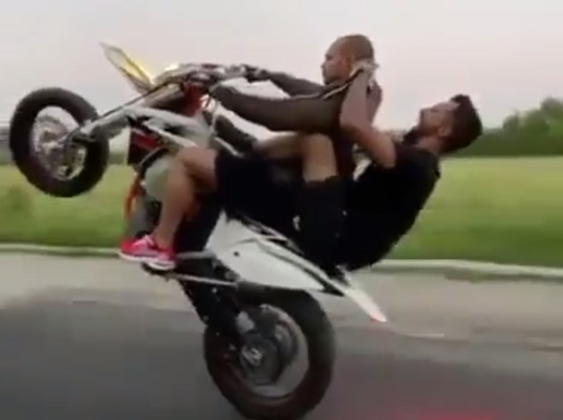 Фризьор подстригва върху мотор