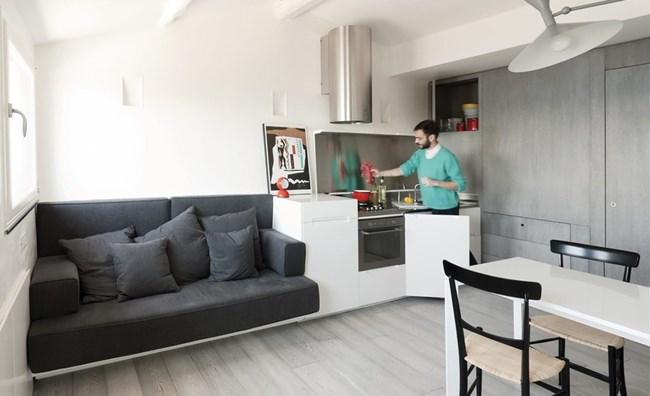Удобен диван е разположен до малката зона на кухнята, която въпреки размера си е достатъчно функционална