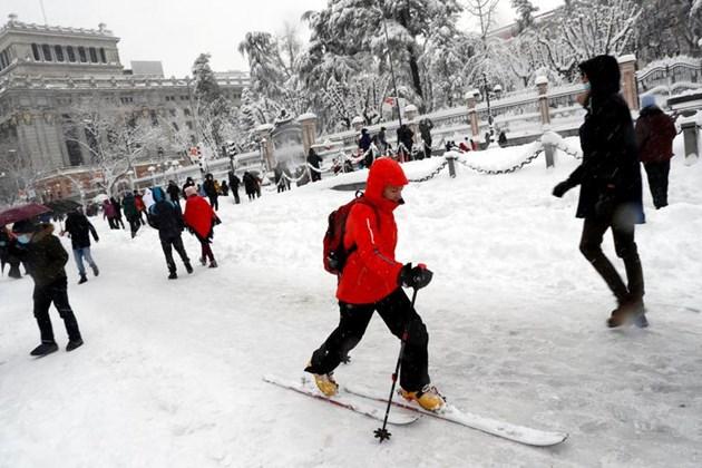 Най-силният снеговалеж от десетилетия в Испания затрупа Мадрид (Фотогалерия)