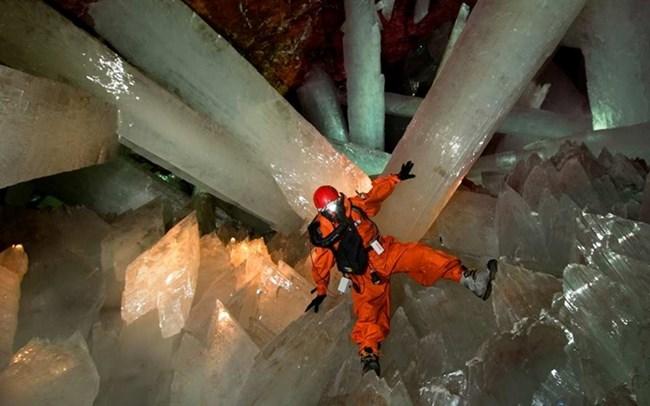 Пещерата на кристалите Наика, Чихуахуа. Мината и пещерата се намират в югозападната част на Наика, град с около 5000 жители. Заради своята крехкост и трудни условия пещерата е достъпна само за изследователи.