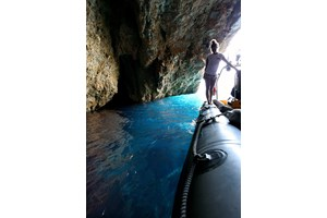 Синята пещера на о-в Алонисос привлича дайвърите със своята красота и легендите за пиратски съкровища