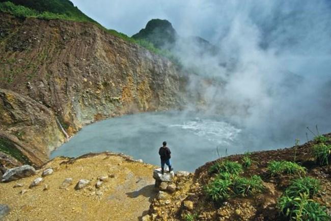 """Врящото езеро Розо в Доминикана. Национален парк """"Трите питона"""" в планината Уат. Трябва да сте в добра кондиция, за да посетите езерото – намира се на три часа пеша от най-близкия път, а ходенето е по труден терен."""