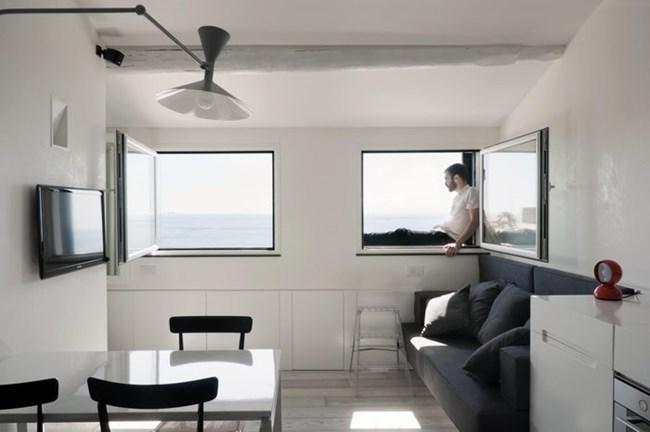 Дизайнерите са създали удобно и безопасно пространство до прозорците, от което собственикът може да се наслаждава на гледката към морето Снимки kvartblog.ru
