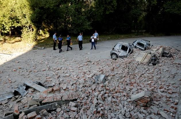52-ма ранени при трусовете в Албания, разрушени къщи, разцепени на две коли (Снимки)