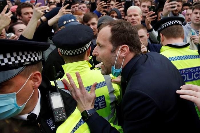 Чех се опитва безуспешно тълпата. Снимки Ройтерс