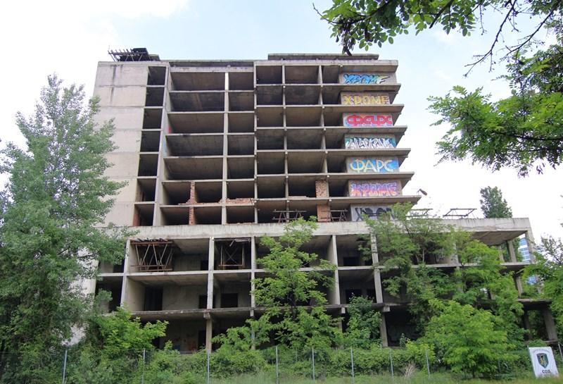 Старото бетоново скеле да се разруши и на негово място да се построи националната педиатрия, предложи правителството. СНИМКИ: РУМЯНА ТОНЕВА