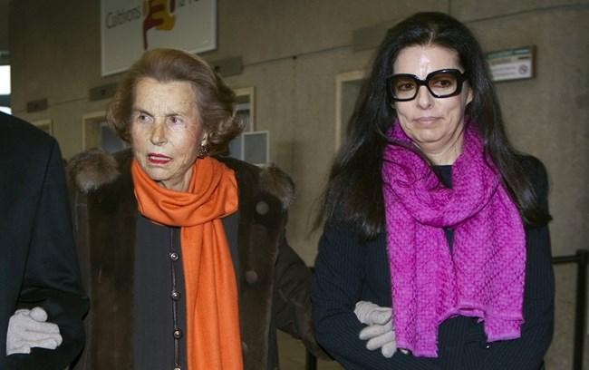 """Лилиан Бетанкур пристига с дъщеря си Франсоаз за връчване на наградата за жени на """"Л'Ореал""""-ЮНЕСКО, на 3 март 2011 г. в Париж."""