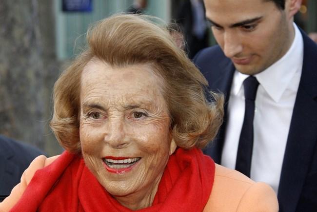 Лилиан Бетанкур на 90 години. Зад нея е внукът  Жан-Виктор. СНИМКИ: РОЙТЕРС