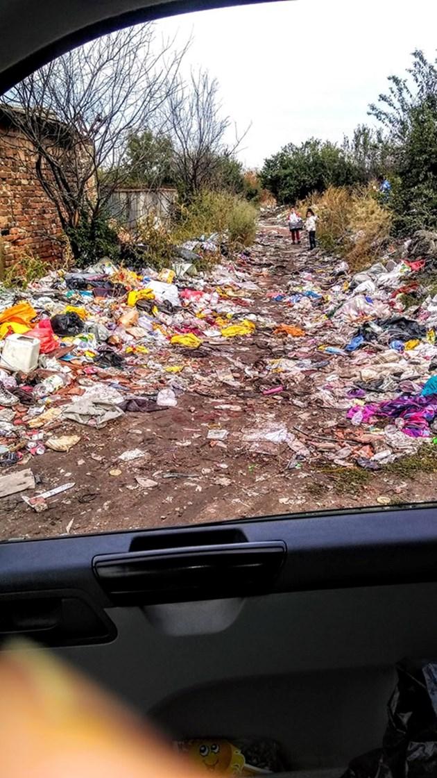 Столична улица непроходима от боклук