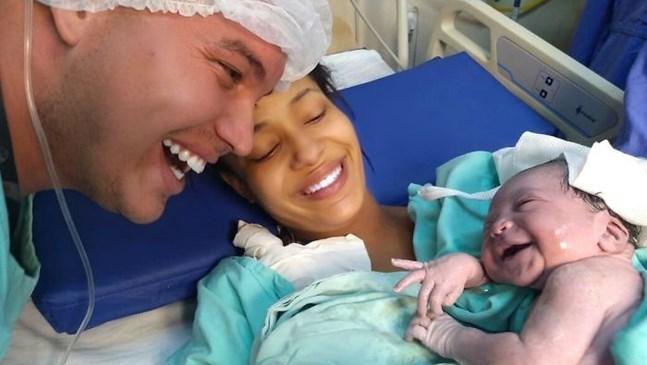 Баща прекрарва месеци, говорейки на бебето си в корема. То реагира на гласа му на живо с най-голямата усмивка