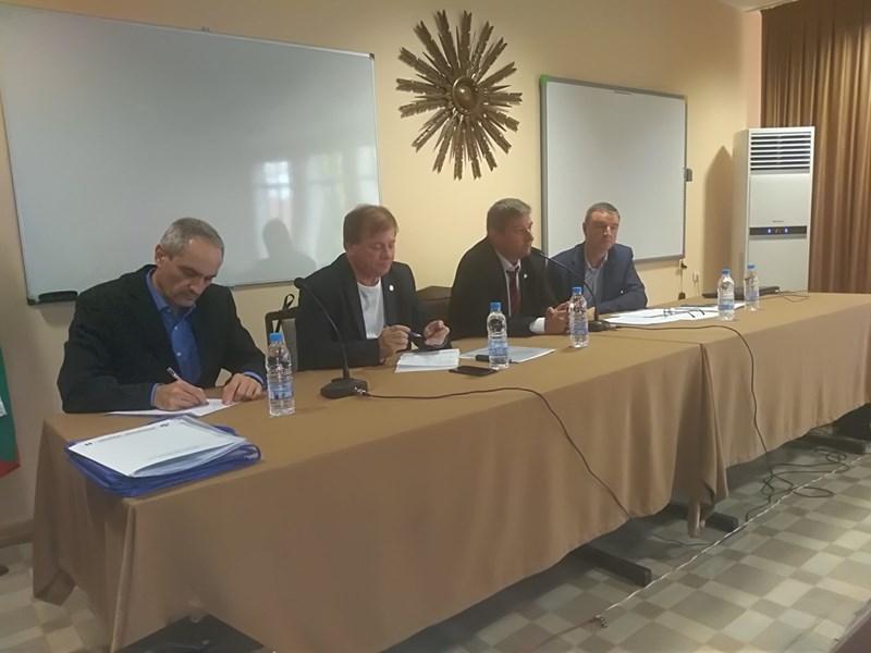 Първите резултати от националното проучване бяха оповестени от Юлиян Петроя, втори от дясно наляво на снимката, пред председатели на синдикални организации от пловдивските училища СНИМКА: Анелия Перчева