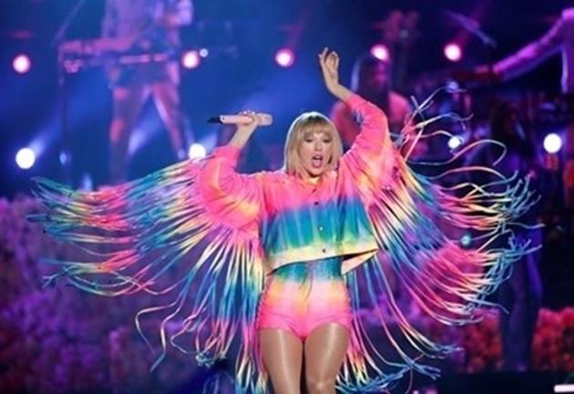 """Почетоха Тейлър Суифт с приза """"Икона"""" на наградите """"Изборът на тийнейджърите"""""""