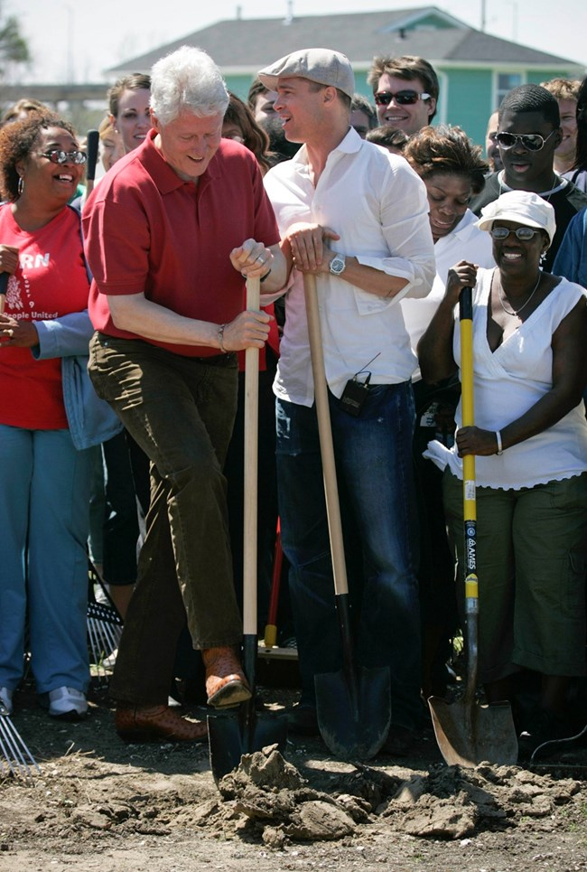 Брад Пит и Бил Клинтън правят първата копка на екоквартала Lower 9th Ward в Ню Орлеанс през 2008-а