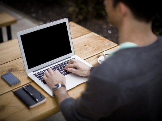Децата се взират в компютри 3 пъти повече заради пандемията, някои - по 13 часа