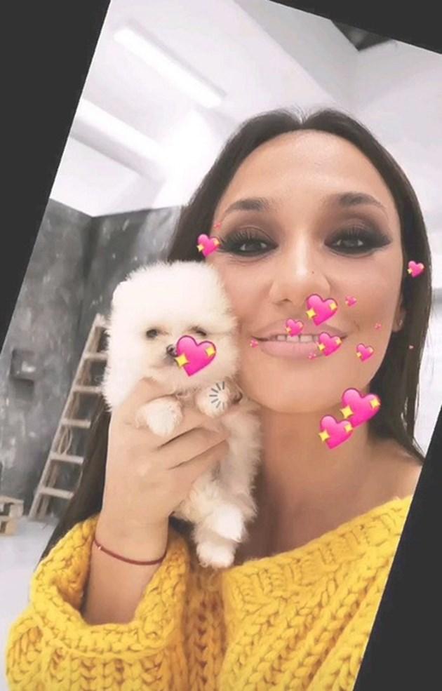 Мара Илиева с кученце за няколко бона