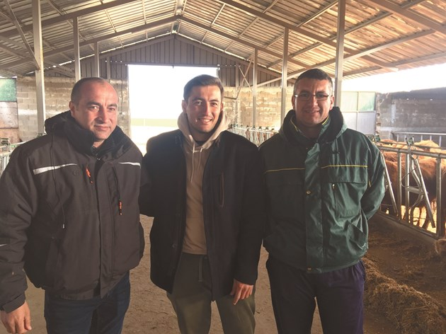 Шенол Чобан със сина си Гьокан и ветеринарят д-р Аднан Ефраимов (отляво надясно)