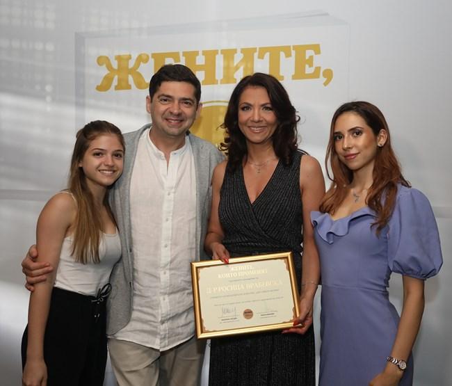 """Милен и Росица Врабевски заедно с техните деца Александра (вляво) и Емма. Росица Врабевска е управител на Образователен комплекс """"Цар Симеон Велики""""."""