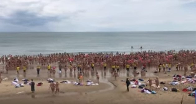 1800 жени влязоха голи в морето за благотворителност (Видео)