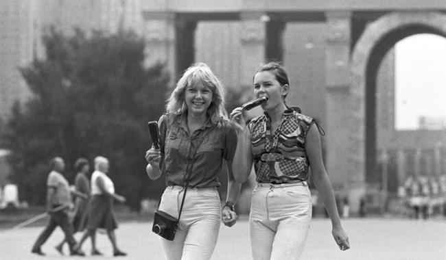 """Момичета на разходка в изложбения комплекс ВДНХ, 1981 г. Снимка: РИА """"Новости"""""""