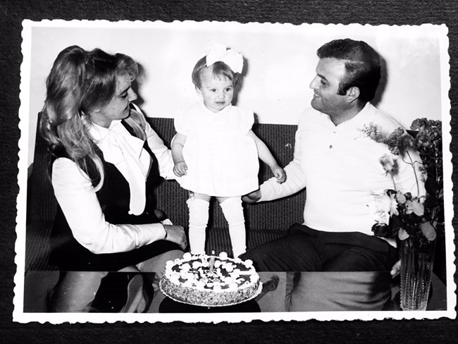 Соня Васи на 1 година заедно с майка си и баща си