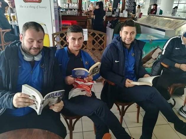 """""""Синият"""" капитан чете за Гунди"""