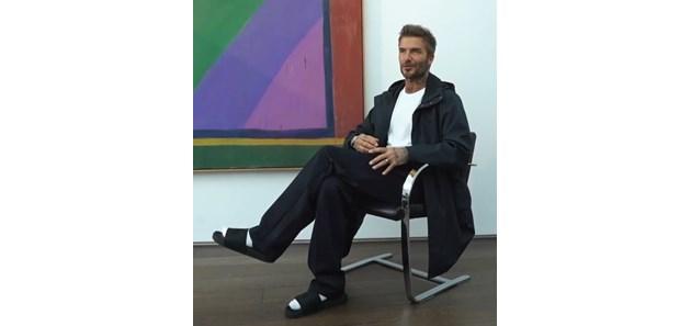 Дейвид Бекъм по чехли и чорапи на модно ревю на Виктория (Видео)