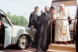 Докато бе на визита в България през май 2002 г., папа Йоан Павел II благослови трабанта на Паси. СНИМКИ: РУМЯНА ТОНЕВА