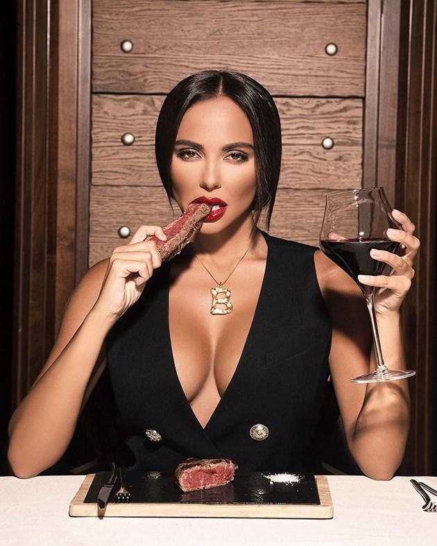 Николета захапа психоложките за секси униформа