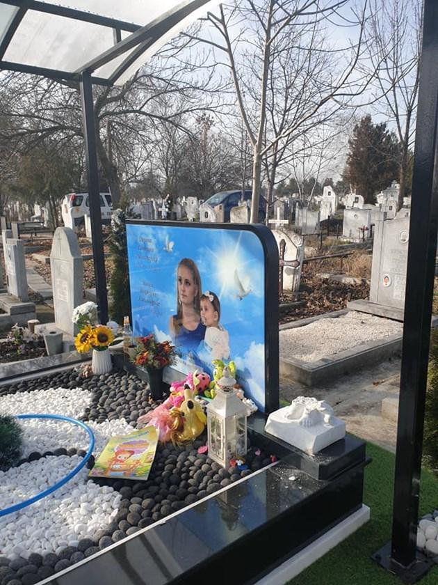 Навръх Бъдни вечер поругаха гроба на убитите Дарина и Никол