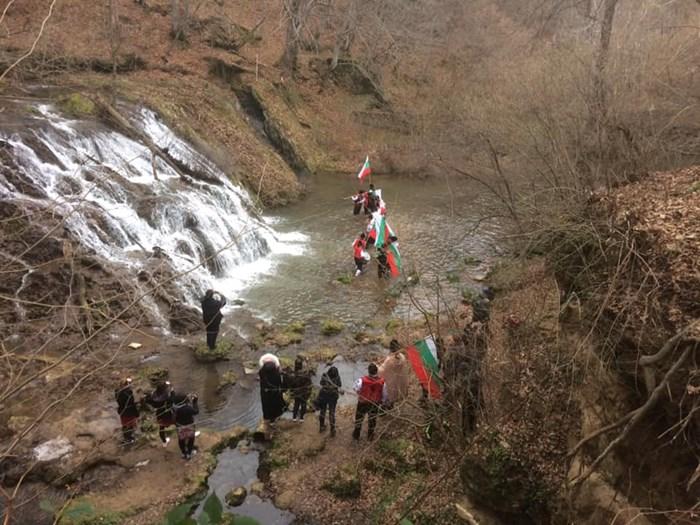 По традиция смелчаци нагазиха в ледените води на водопада и извиха мъжко хоро на Богоявление. Снимки:фейсбук