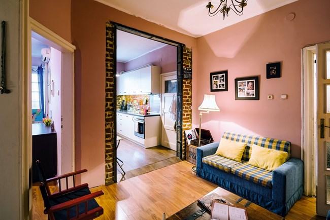Дневната светлина в хола идва от прозорците в кухнята благодарение на бутнатата стена. Част от оригиналните тухли са запазени