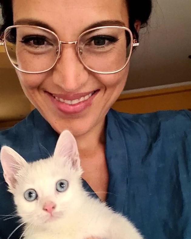 Деси Стоянова отглежда котка петел