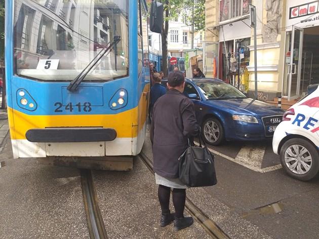 Неправилно паркирана кола блокира трамваи