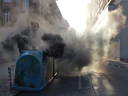 Контейнери горят в центъра на София (Снимки)