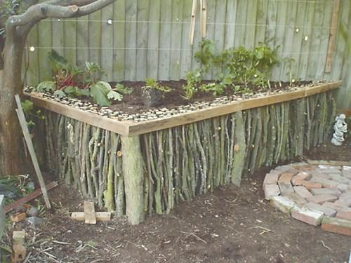 Повдигната градина от дървени клони