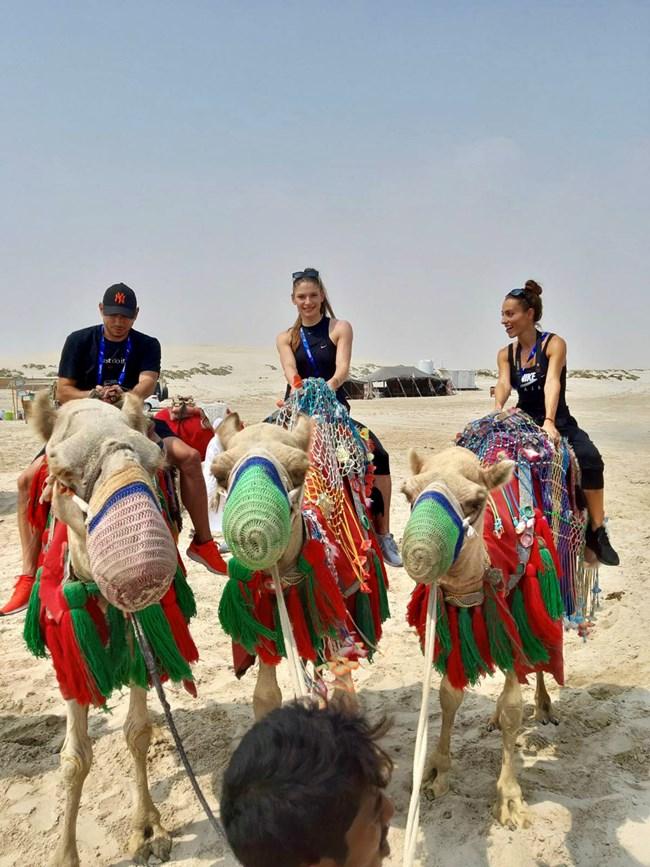 Ивет Лалова, Габриела Петрова и съпругът на Ивет Симоне Колио яхнаха камилите в Катар.