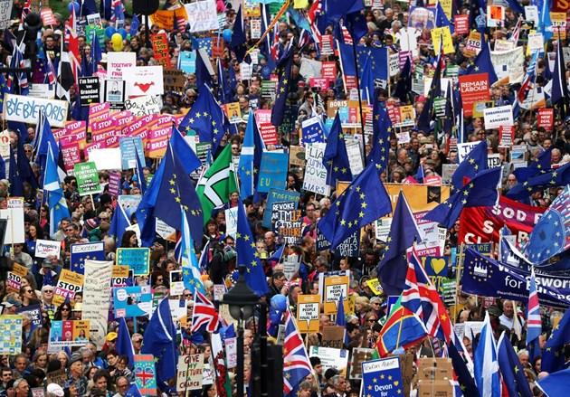 Удар за Джонсън:  Парламентът отново отложи Брекзит. Мей: Имам дежа вю